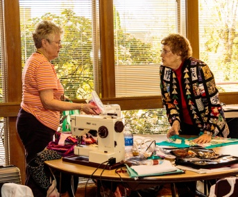 Jean and Vonda talking sewing at 2016 Spring Fling